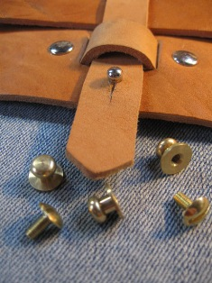 Knopfniete 7x7 mm vollmessing mit Schraube